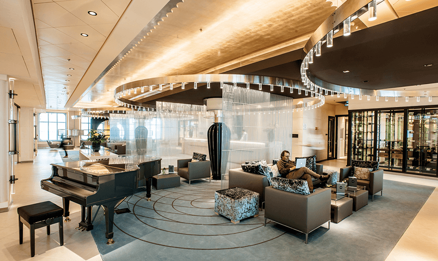 VONsociety: Cruise, Europa 2, Pianobar in der Lobby