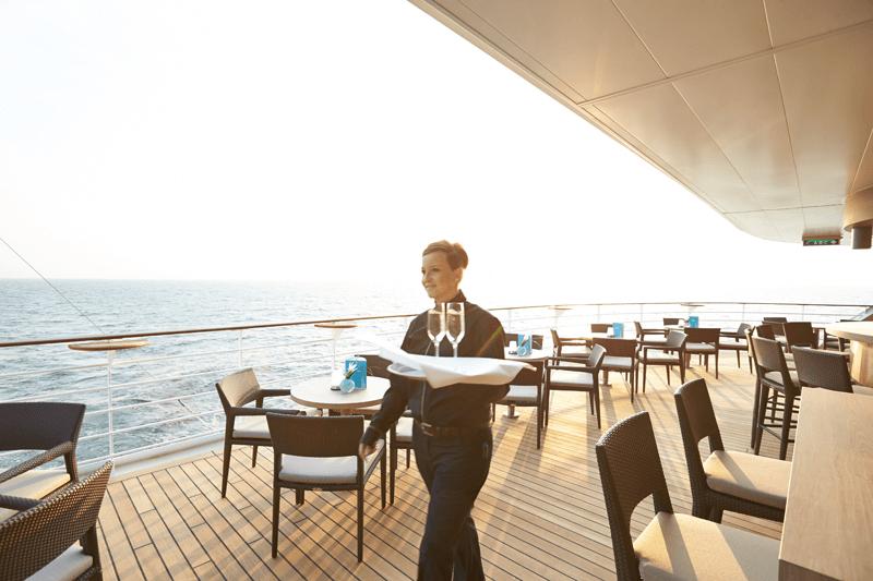 VONsociety: Cruise, Europa 2, Außenterasse der Sansibar auf Deck 8 © Hapag-Lloyd Cruises