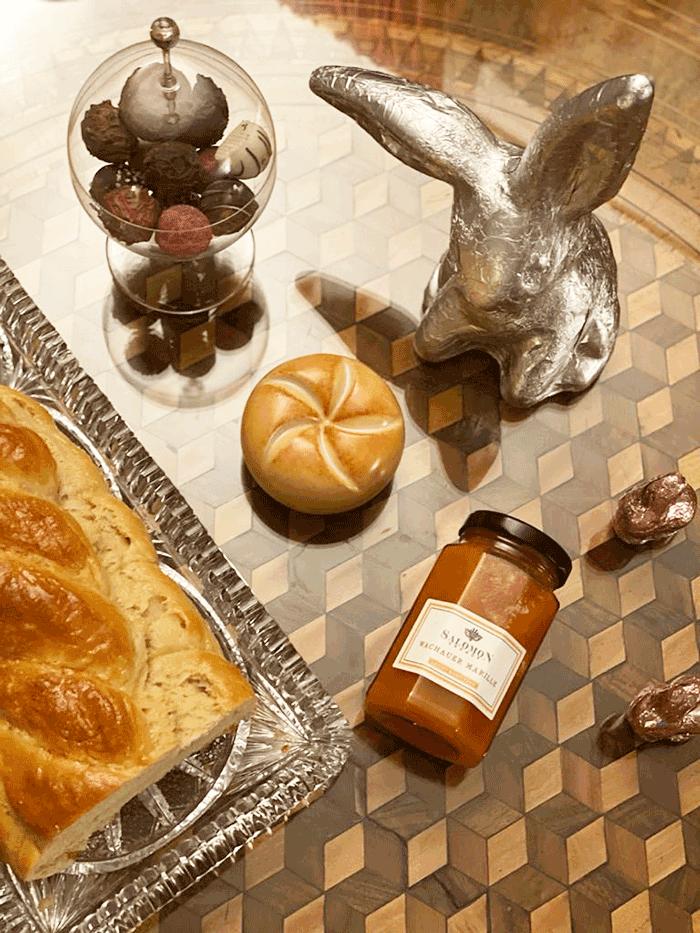 VONsociety: Ostern 2020 im Weingut Salomon Undhof. Tisch mit selbstgemachtem Osterstriezel, Salomon Marillen-Marmelade, Semmel, Schoko-Trüffeln und Osterhasen in Silberfolie