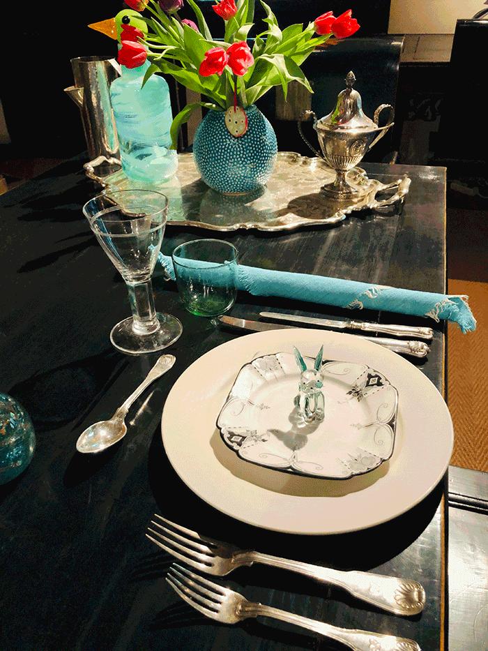 VONsociety: Ostertisch der Schmuckexpertin Katharina von Leuhusen, mit schwarz-weißem Porzellan, türkisen Stoffservietten, Silberbesteck und einem Tulpenstrauß