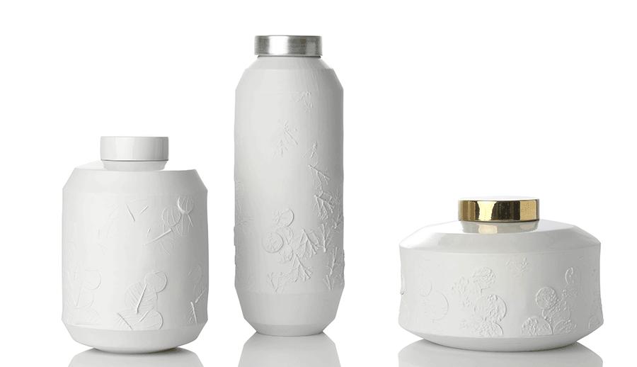 VONsociety: Produktbild mit 3 weißen Vasen aus der Serie Imprint von der Porzellanmanufaktur feinedinge*. Mit weißem, silber- und goldfarbenem Deckel
