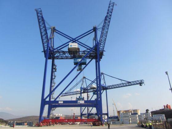 Double boom crane in Aliağa, Izmir, Turkey © TCEEGE