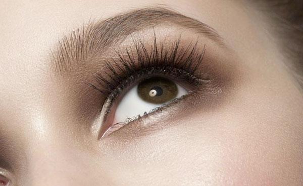 delinea tus cejas para un maquillaje para fotos
