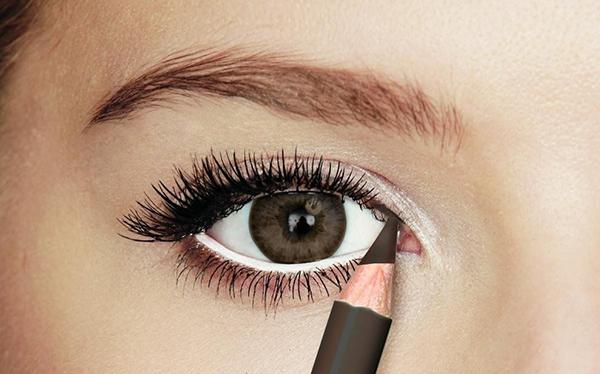 Para ojos pequeños utiliza delineador blanco o beige para agrandarlos