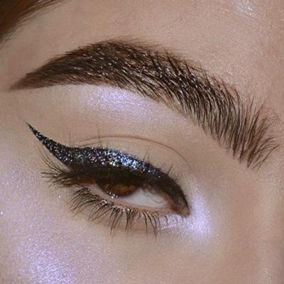 maquillaje de ojos con cat eye y glitter