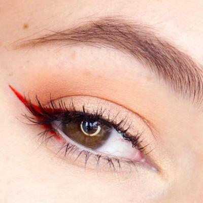 maquillaje de ojos con delineado rojo