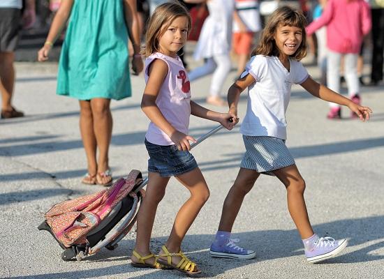 Παιδάκια προσέρχονται στην τελετή του αγιασμού για την έναρξη της νέας σχολικής χρονιάς στο 2ο δημοτικό σχολείο Κορίνθου , Πέμπτη 11 Σεπτεμβρίου 2014. ΑΠΕ-ΜΠΕ/ΑΠΕ-ΜΠΕ/ΒΑΣΙΛΗΣ ΨΩΜΑΣ