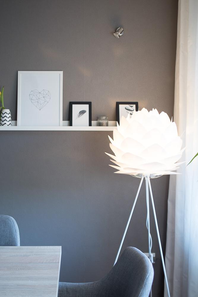 Wohnzimmer Bilderleiste Stehlampe Dekoration