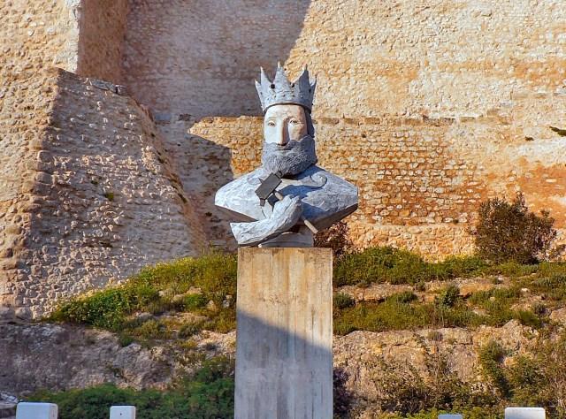 Estátua de D. Sancho I, em Torres Novas, da autoria de João Cutileiro