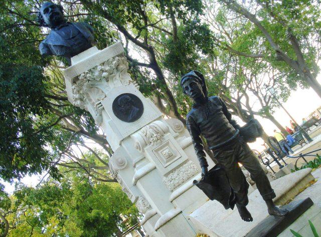 Estátua do ardina e busto fundador do DN