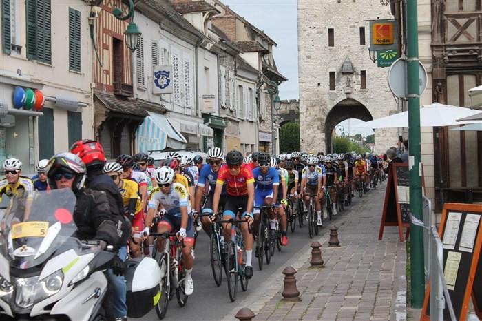 Le championnat de France Avenir juniors rue Grande à Moret-sur-Loing