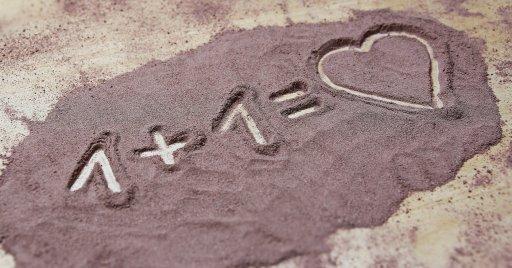 Dans le sable Grevé 1+1 = un coeur : symbole de amour.