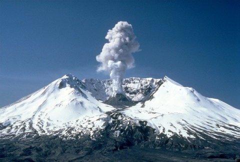 Volcan enneigé, en irruption , de la fumée blanche  jaillit , la meilleure saison pour concevoir