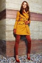 femme en trench orange et pantalon brique