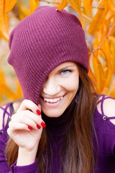 femme avec un bonnet prune et top violet