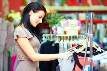 femme cherchant des vêtements dans un rayonnage