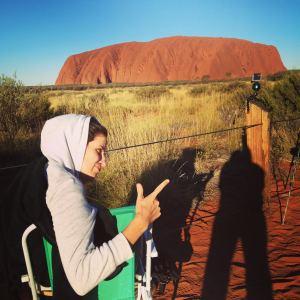 Réalisatrice_Clem attendant d'immortaliser le coucher de soleil sur Uluru