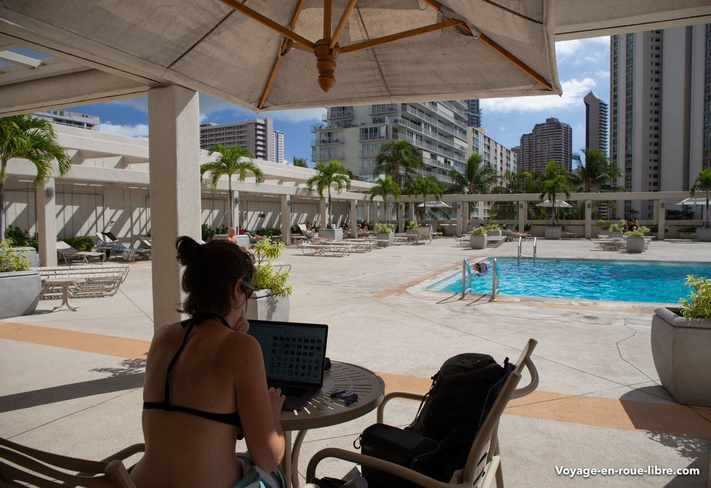 Travail au bord de la piscine au Ala Moana Hotel d'Honolulu