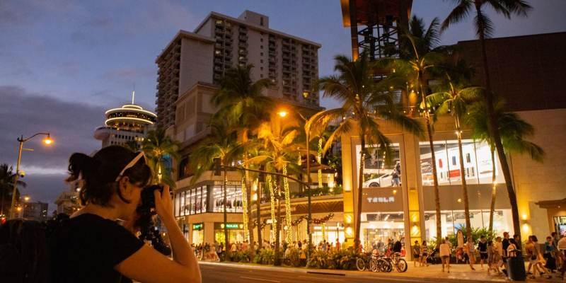 Kalakaua Avenue, le centre touristique de Waikiki à Honolulu