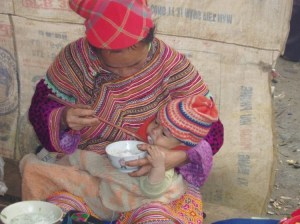 Nord Vietnam, sevrage d'un bébé au riz - © Dominique P.