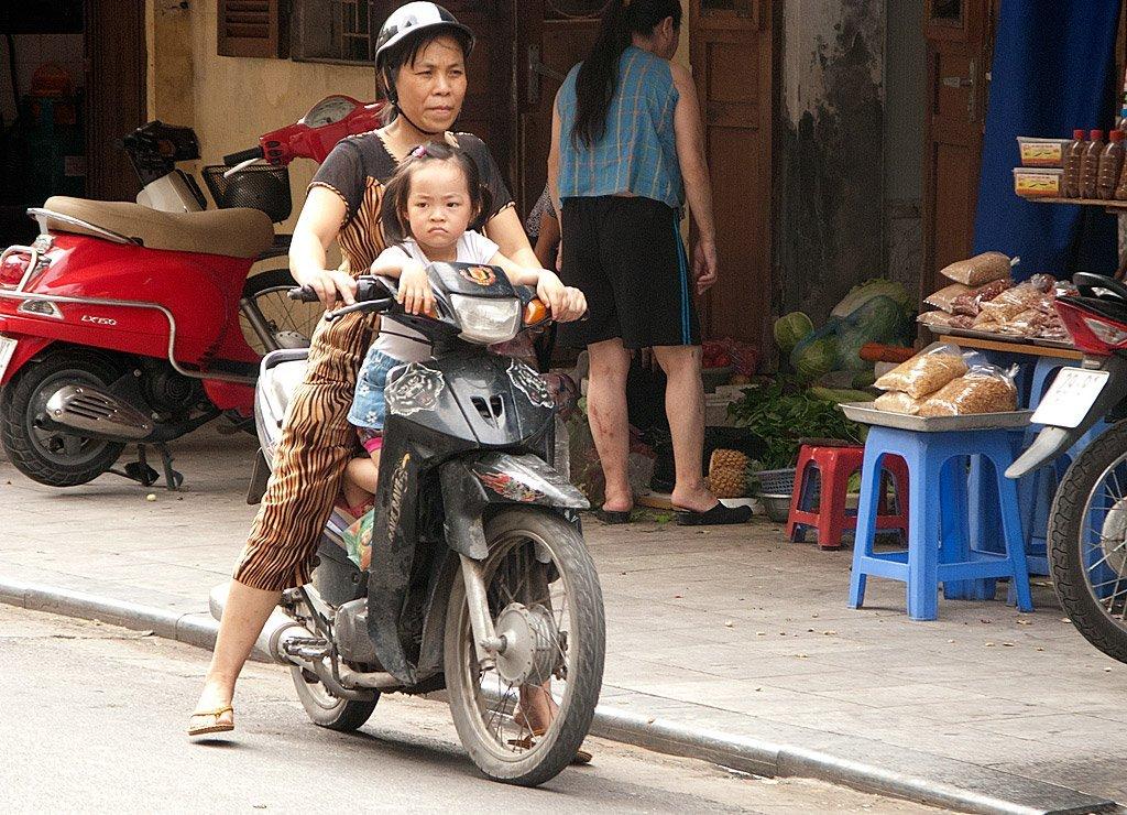 Hanoi - Femme et son enfant sur un scooter
