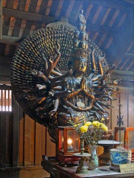 La statue de Quan Am dans la pagode But Thap par Jean-Pierre Dalbéra
