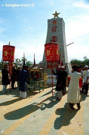 Procession devant l'autel d'un héros de guerre, Vietnam