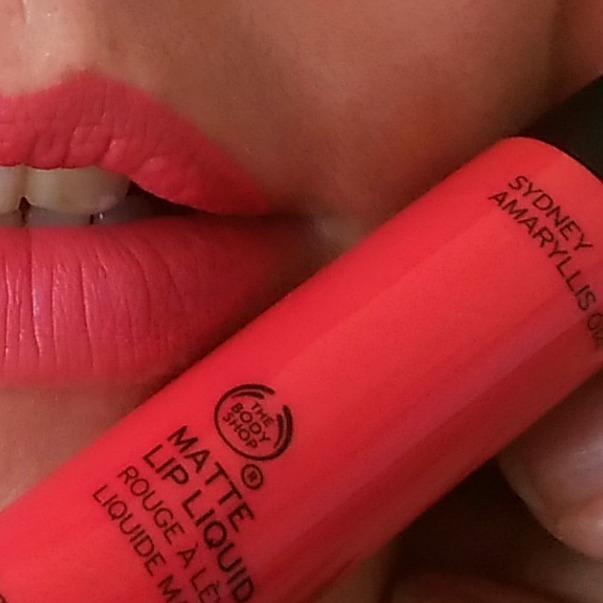 amaryllis-sydney-matte-lip-liquid-the-body-shop-test-swatch-1