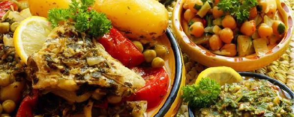 Les bases de la cuisine africaine sont identiques selon les ethnies même si le nom varie. Céréales, légumes et fruits exotiques poussent dans maintes régions du continent.Les habitants des côtes consomment beaucoup de poisson, la viande domine à l' intérieur des terres.La cuisine Africaine contient beaucoup de condiments et d'épices. l' ail, les noyaux de mangue sauvage, le basilic, le gingembre, le safran pour les soupes de poisson, le curcuma qui s'utilise comme le safran mais a moins de goût, la noix de muscade, le piment employé frais en saumure séchée ou en poudre. Le plus connu est le pili-pili