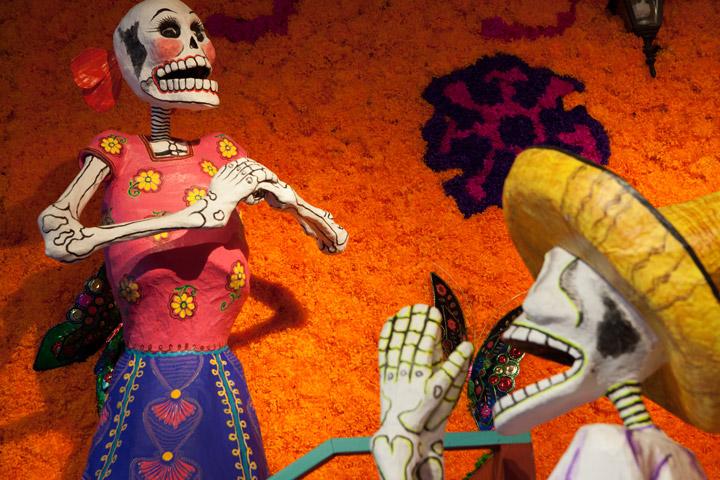 Sculptures mises en scène pour la fête des morts