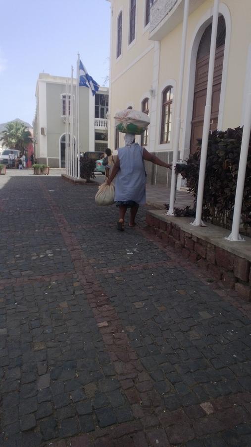 Une femme portant une bassine sur la tête - Mindelo, São Vicente, Cap-Vert