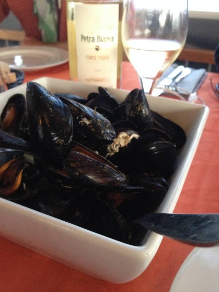 """Des moules et du vin blanc au restaurant """"L'étang d'Urbinu"""" - Corse"""