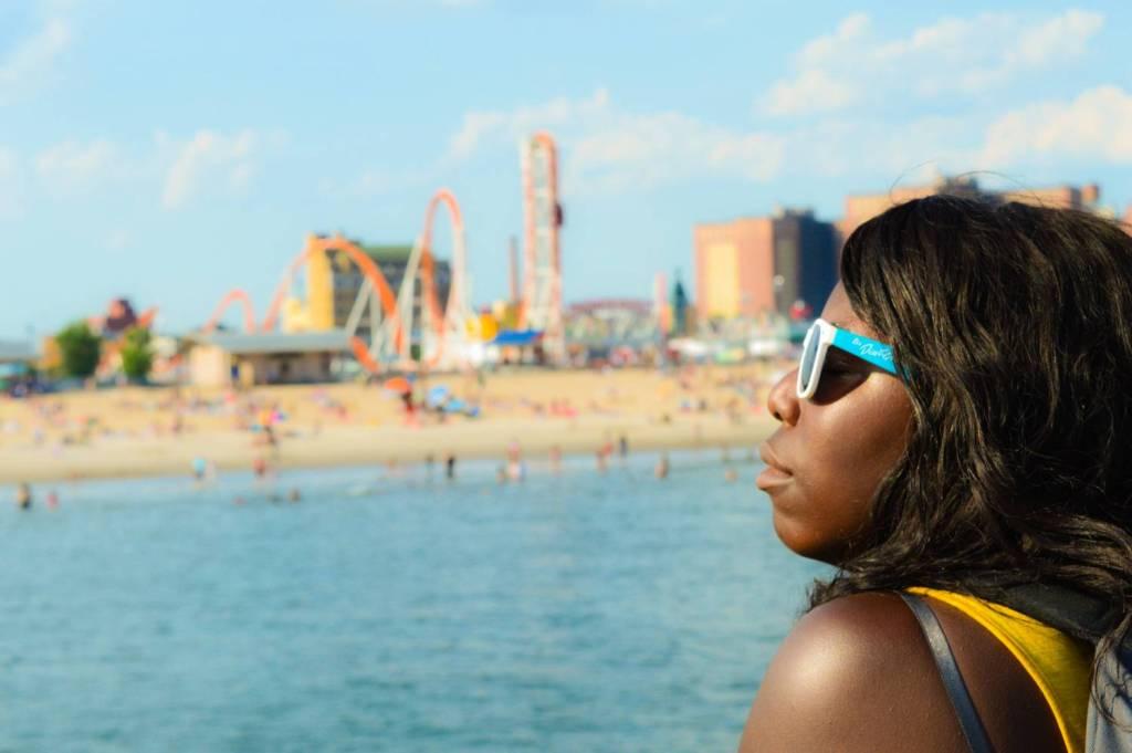 Nath prenant le soleil à Coney Island - New York, Etats-Unis