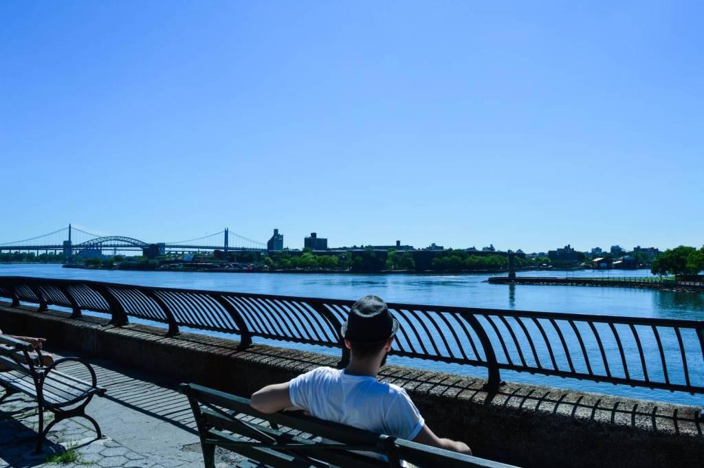 Séb regardant l'East River depuis le Carl Schultz Park - New York, Etats-Unis