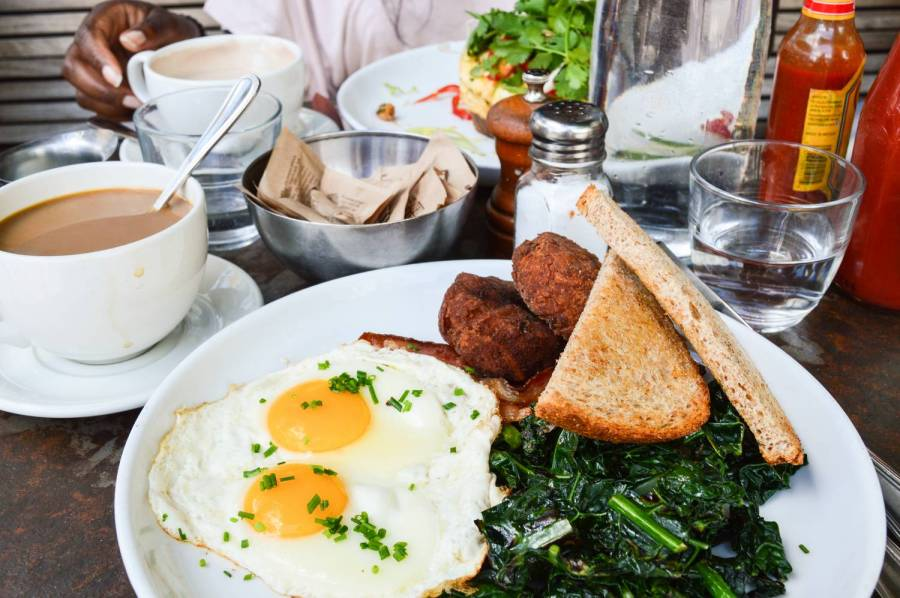Le Big Breakkie de Five Leaves à Greenpoint - New York, Etats-Unis