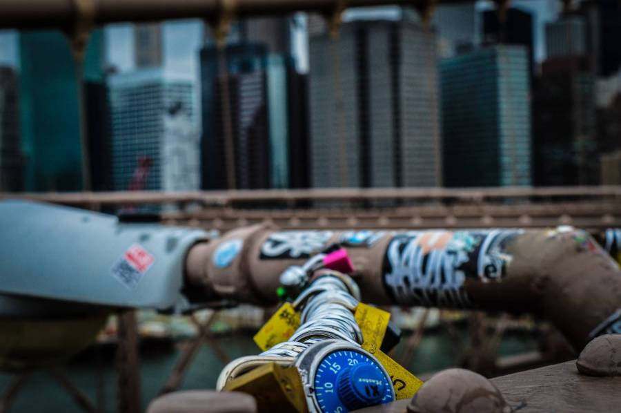 Cadenas d'amour sur le Brooklyn Bridge - New York, Etats-Unis