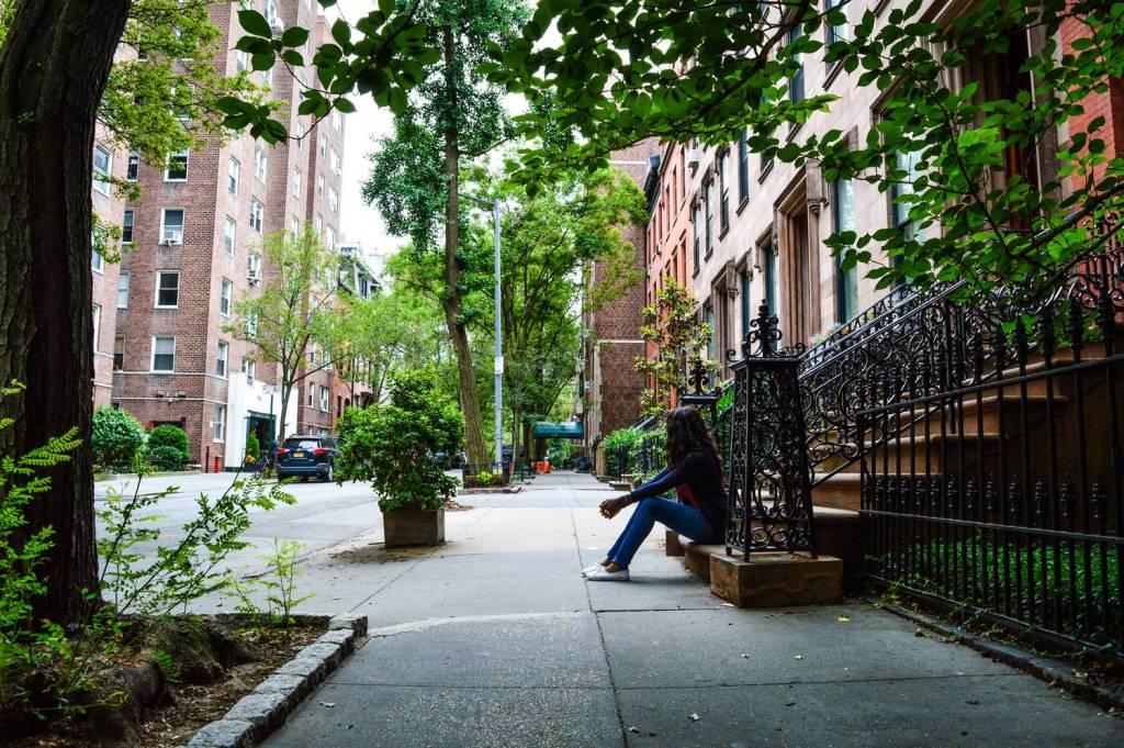 Nath assise sur un perron de Brooklyn Heights - New York, Etats-Unis