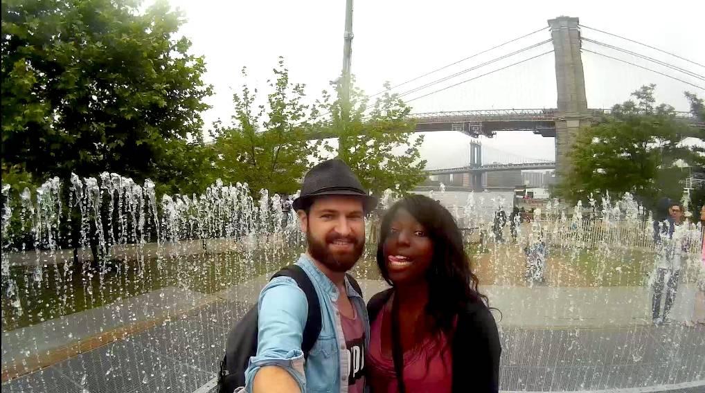 Séb et Nath au coeur d'un fontaine au Brooklyn Bridge Park - New York, Etats-Unis