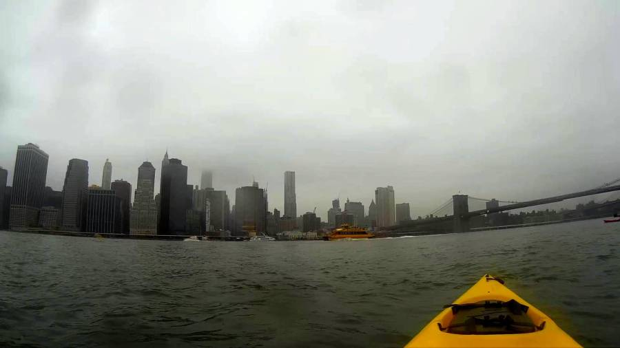 Kayak avec vue sur Manhattan - New York, Etats-Unis
