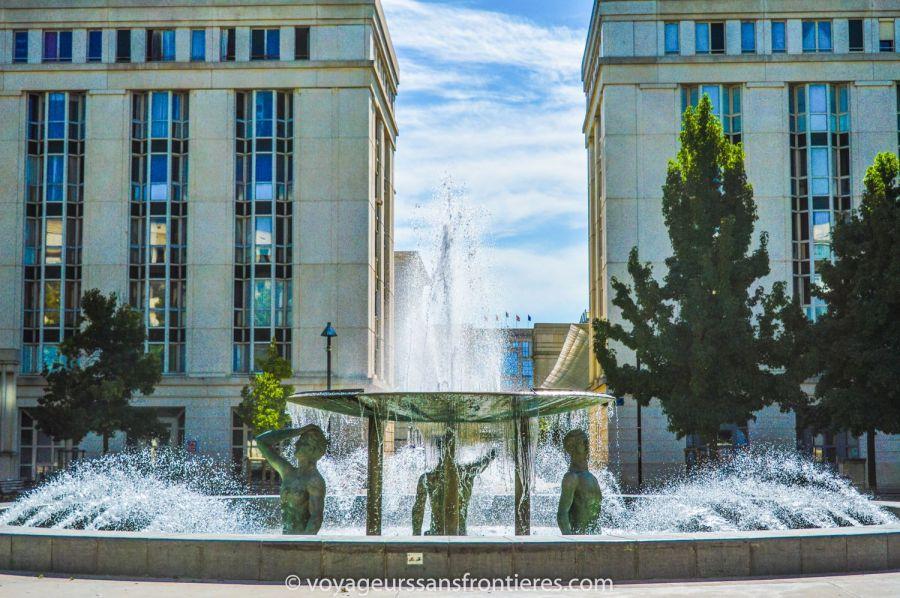 Jolie fontaine sur la Place de Thessalie à Antigone - Montpellier, France