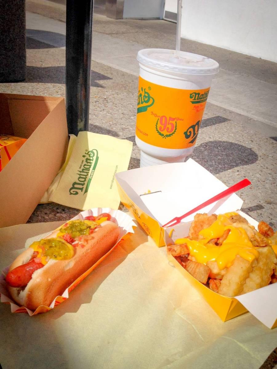 Nos hot dogs de chez Nathan's Famous à Coney Island - New York City, USA