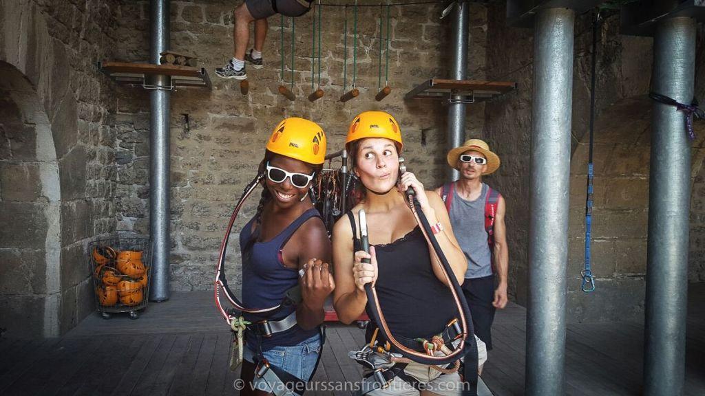 Nath et Sarah prêtes pour l'accrobranche à Acrobastille - Grenoble, France