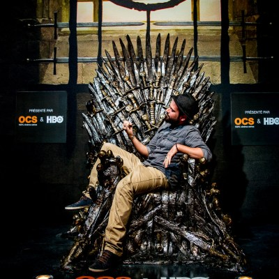 Séb assis sur le trône de fer à l'Exposition Game of Thrones - Paris, France