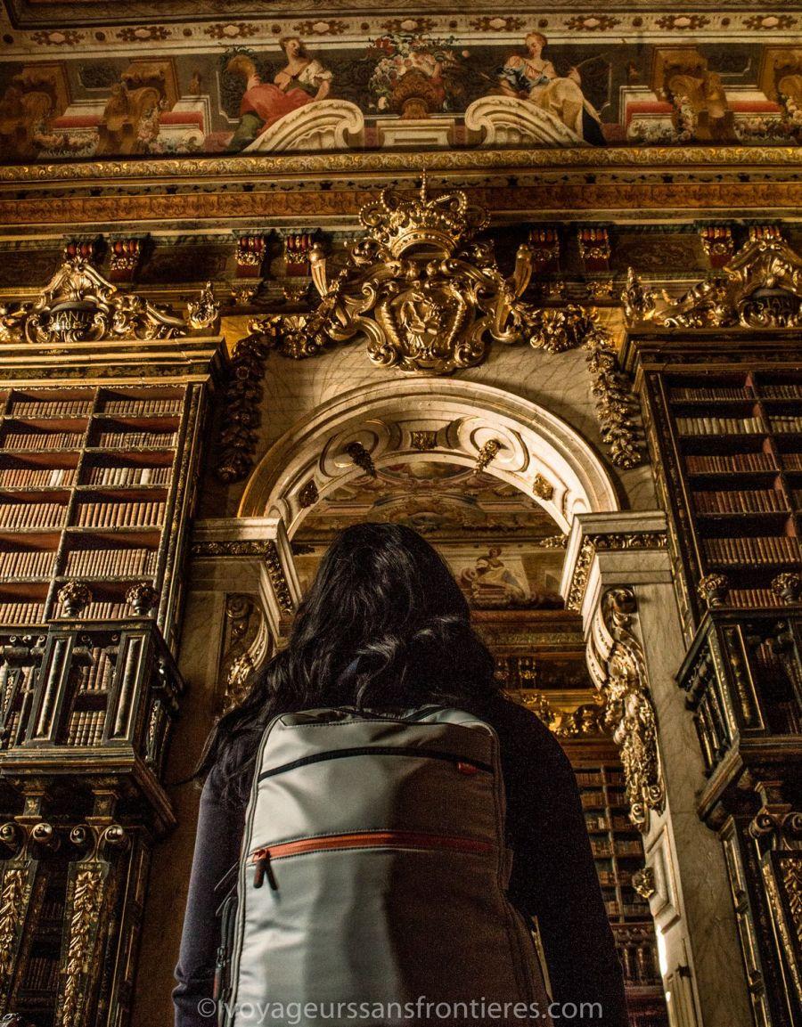 Nath dans la bibliothèque Joanina de l'Université de Coimbra - Portugal
