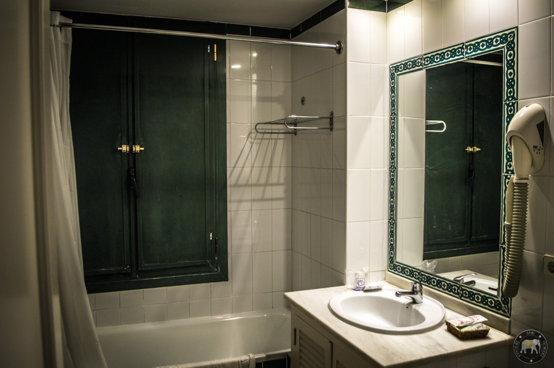 Bathroom in our apartment booked at the Patio de la Cartuja with Bookbedder - Seville, Spain