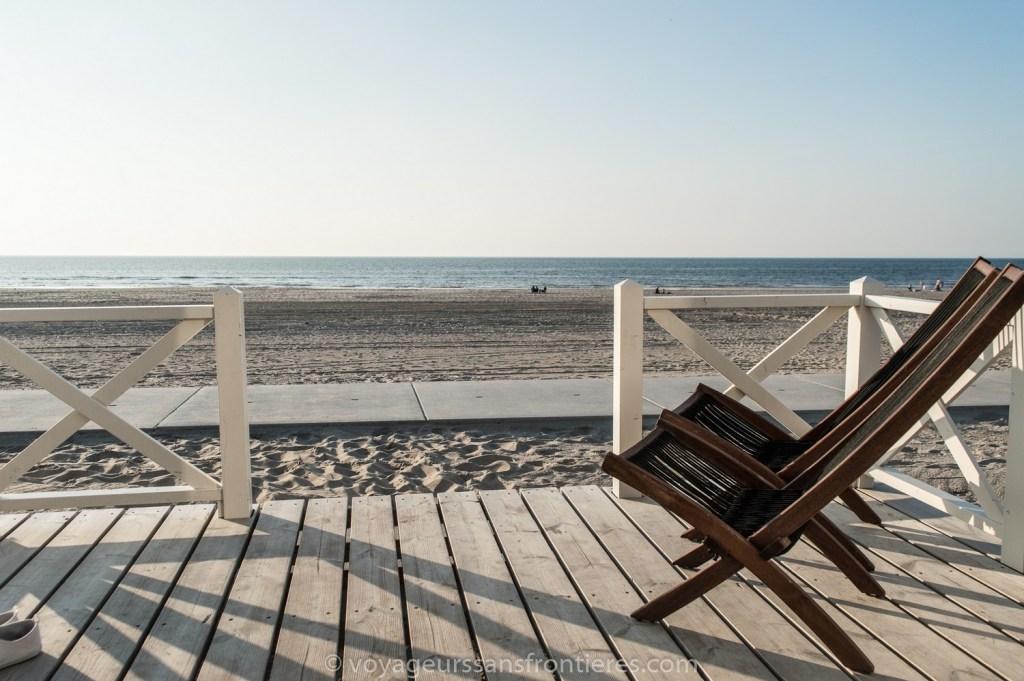 Transats sur la terrasse de notre maison Haagse Strandhuisjes sur la plage de Kijkduin - La Haye, Pays-Bas