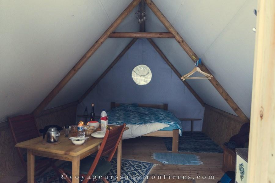 Intérieur de notre tente de trappeur - Jura Bivouac - Creux-des-biches, Suisse