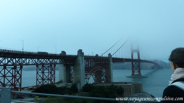 La vue sur le Golden Gate Bridge sous le brouillard de San Francisco