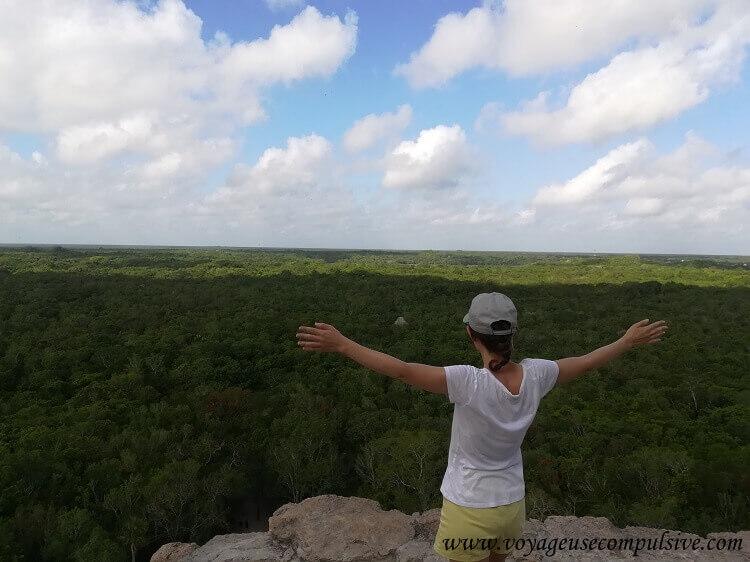 Vue sur la jungle qui entoure les ruines du site archéologique de Cobá, depuis sa plus grande pyramide : Nohoch Mul (« le grand massif » en Maya)