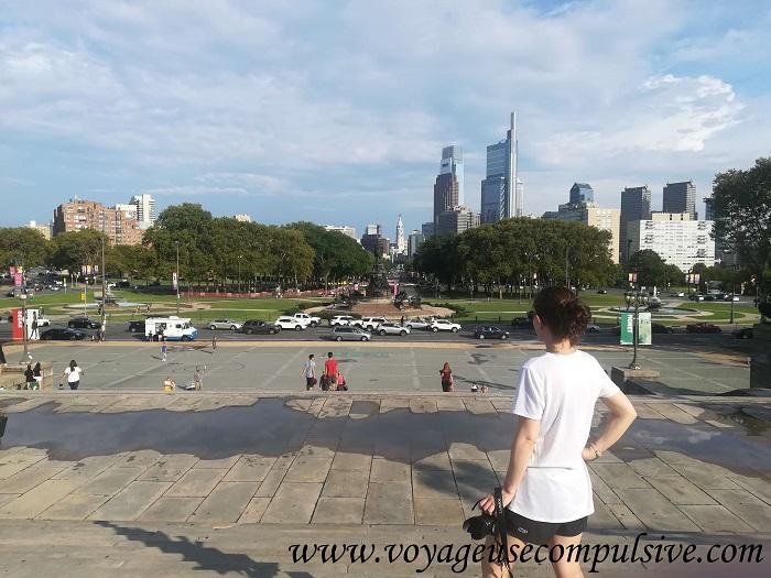 Vue sur la promenade Benjamin Franklin et le City Hall depuis les marches du Museum of Art, Rocky Steps. Magnifique !
